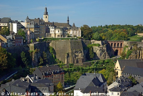 Blick auf die Corniche mit Häusern der Altstadt und die St. Michaelskirche - Luxemburg © Volker Abels