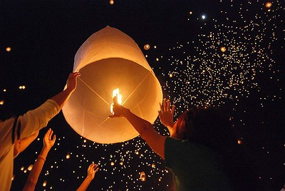 Loy Krathong/Yi Peng Fest in San Sai bei Chiang Mai © Takeaway (http://commons.wikimedia.org/wiki/User:Takeaway)