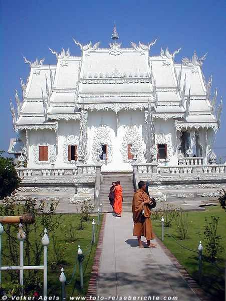 """Mönche - """"weißer Tempel von Chiang Rai"""" in Thailand © Volker Abels"""