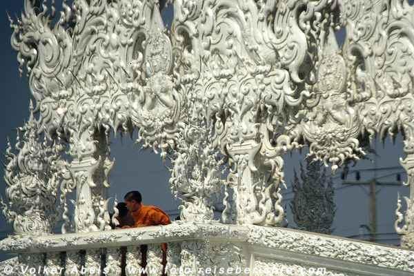 """Junger Mönch im """"weißen Tempel von Chiang Rai"""" in Thailand © Volker Abels"""