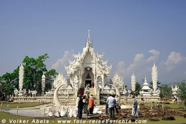 """Gartenarbeiten am """"weißen Tempel von Chiang Rai"""" in Thailand © Volker Abels"""