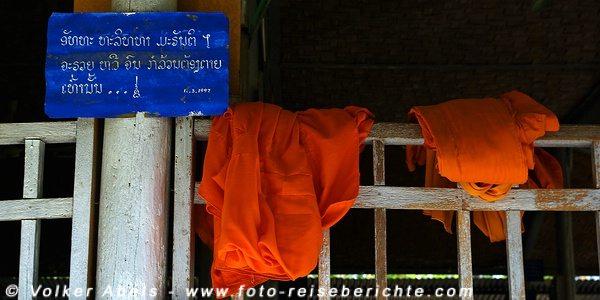 Bunte Mönchskutten hängen zum trocknen Laos © Volker Abels