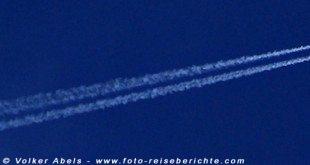 Flugzeug mit Kondensstreifen © Volker Abels