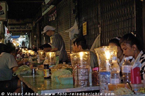 Essen auf dem Nachtmarkt © Volker Abels