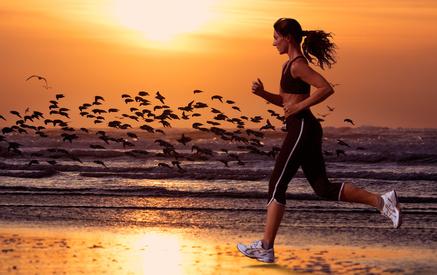Frau joggt am Strand © Eric Gevaert - fotolia.com