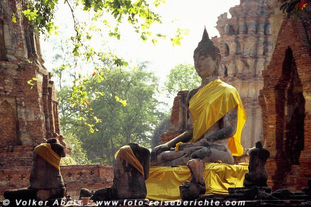 Geschmückte Buddhastatue in Ayutthaya © Volker Abels