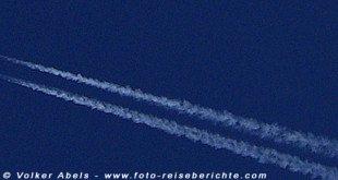 Flugzeug mit Kondenzstreifen © Volker Abels