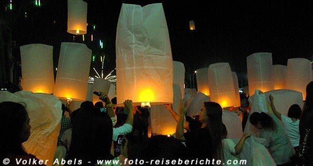 Lampions, die zum Loi Krathong Fest in Thailand, entzündet werden © Volker Abels