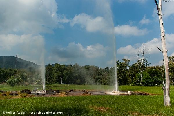 Heißen Quellen von San Kamphaeng, Wasserfontänen der Geysire  - © Volker Abels - www.foto-reiseberichte.com