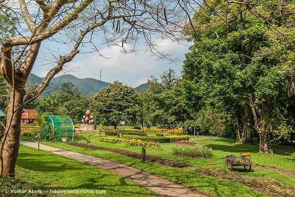 Parklandschaft bei den heißen Quellen von San Kamphaeng - © Volker Abels - www.foto-reiseberichte.com