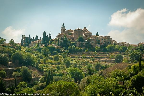 Im Nordwesten der Insel Mallorca, in der Region (Comarca) Serra de Tramuntana liegt der Ort Valldemossa.