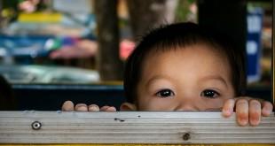 Kleiner Junge lugt aus einem Autofenster - Thailand