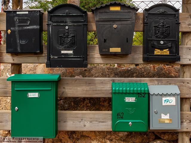 Briefkästen an einer Starße auf Mallorca