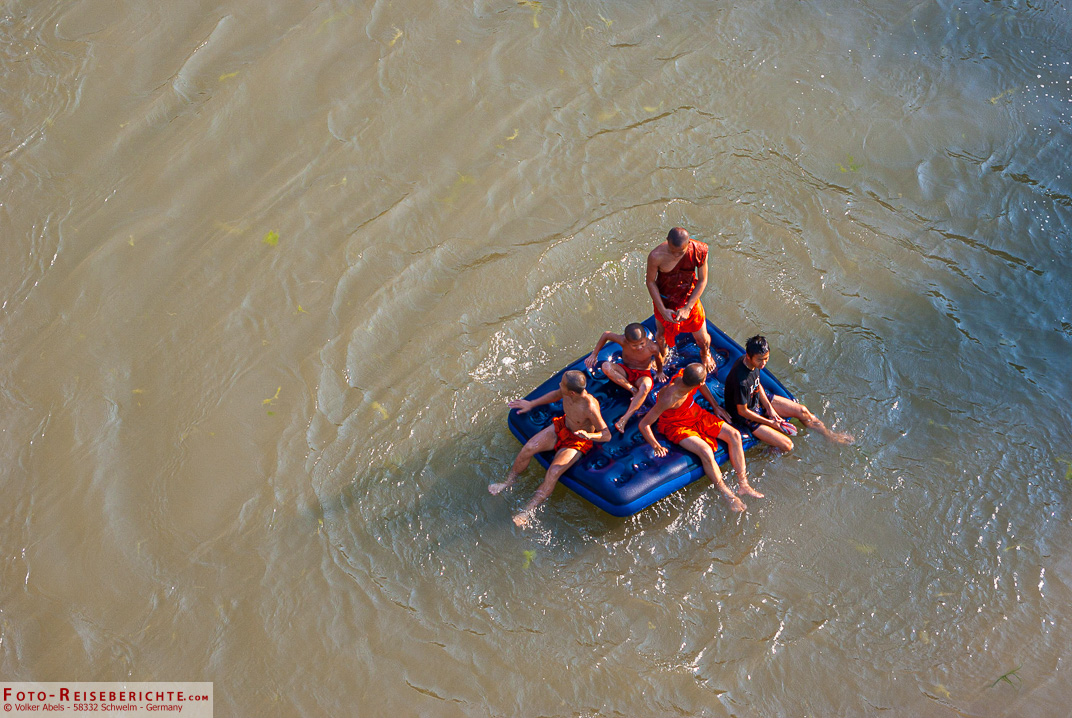 Junge Mönche planschen im Wasser - Luang Prabang - Laos