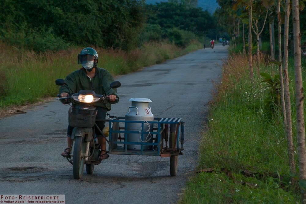 landleben in thailand mopedfahrt am abend foto. Black Bedroom Furniture Sets. Home Design Ideas