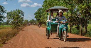 Auf einer Landstraße außerhalb von Siem Reap in Kambodscha © Volker Abels - www.foto-reiseberichte.com