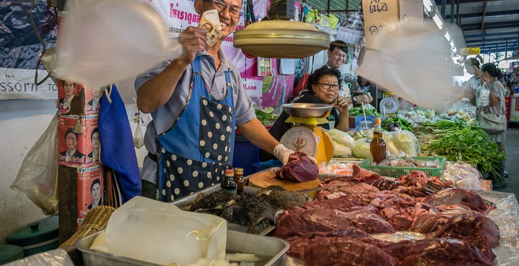 Fleischverkäufer auf einem Markt bei Chiang Mai