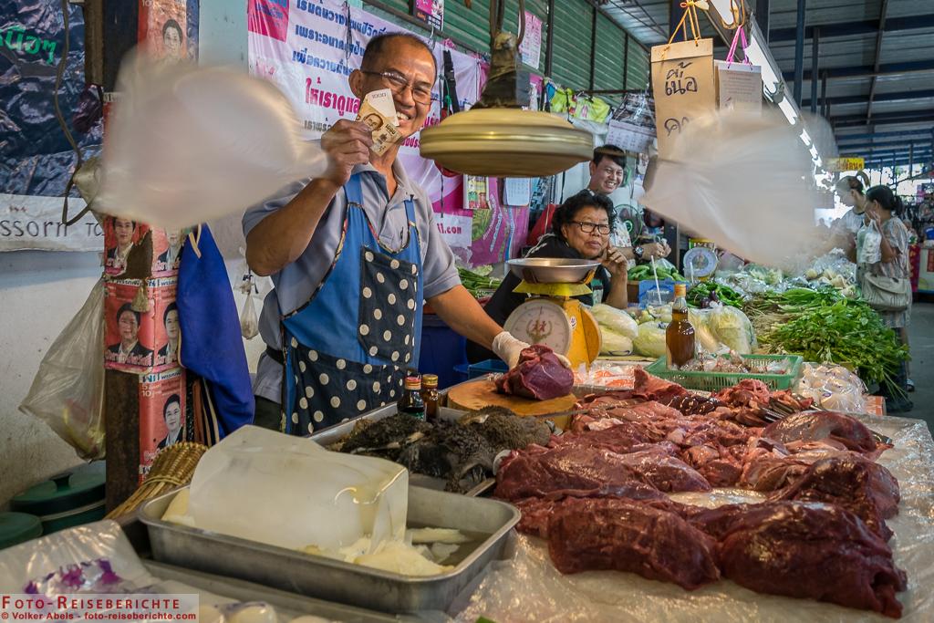 Fleischverkäufer auf einem Markt bei Chiang Mai  © Volker Abels - www.foto-reiseberichte.com