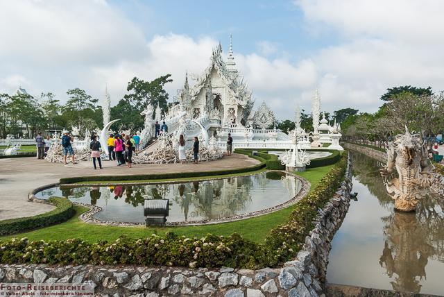 Weißer Tempel von Chiang Rai, Vorderansicht - Thailand © Volker Abels - www.foto-reiseberichte.com