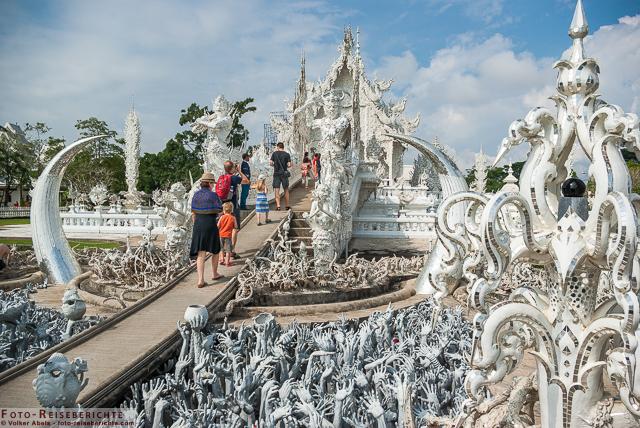 Zum Betreten des Tempels muss eine Brücke überquert werden © Volker Abels - www.foto-reiseberichte.com