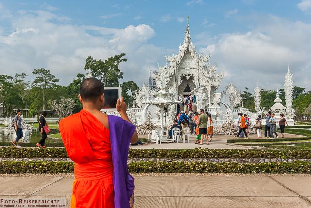 Auch Mönche möchten ein Erinnerungsfoto vom Wat Ron Khun besitzen. Weißer Tempel Chiang Rai-Thailand © Volker Abels - www.foto-reiseberichte.com
