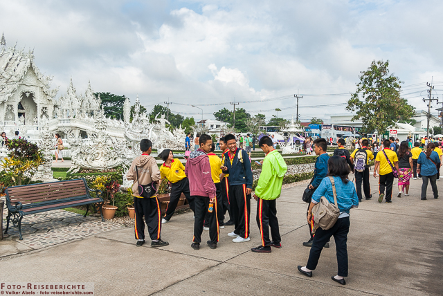 Nicht nur Touristen, sondern auch viele Schüler und Studenten besuchen den Weißen Tempel von Chiang Rai. © Volker Abels - www.foto-reiseberichte.com