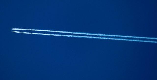 Kondenzstreifen am Himmel www.foto-reiseberichte