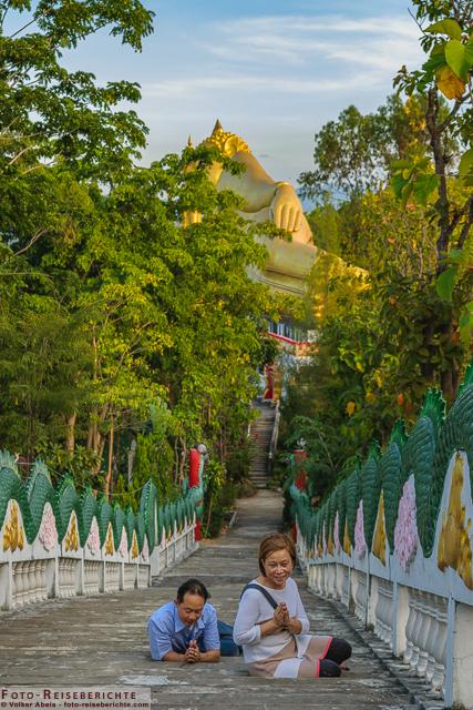 Auf den Treppen zum Tempel - Wat Mok Khan Lan - Suttichit Buddha Park © Volker Abels - www.foto-reiseberichte.com