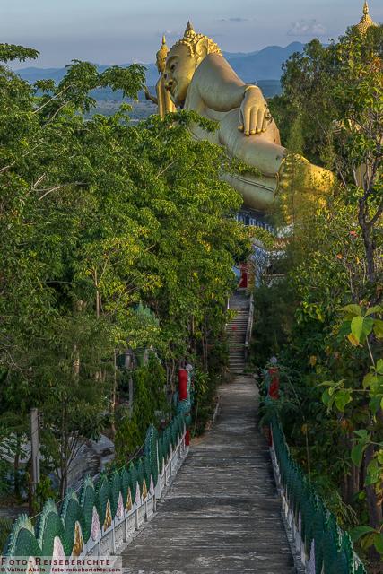 Blick auf die Treppe und liegenden Buddha - Wat Mok Khan Lan - Suttichit Buddha Park © Volker Abels - www.foto-reiseberichte.com