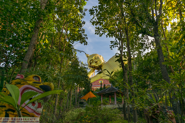 Der liegende Buddha wacht über den Skulpturenpark - Wat Mok Khan Lan / Suttichit Buddha Park © Volker Abels - www.foto-reiseberichte.com