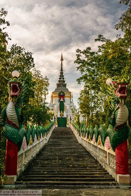 Hier geht es zum Seitentempel - Wat Mok Khan Lan - Suttichit Buddha Park © Volker Abels - www.foto-reiseberichte.com