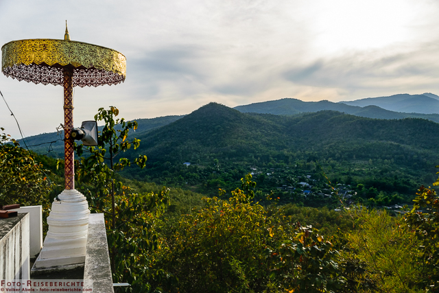 Schöne Aussicht auf Berge und Siedlungen - Wat Mok Khan Lan - Suttichit Buddha Park © Volker Abels - www.foto-reiseberichte.com