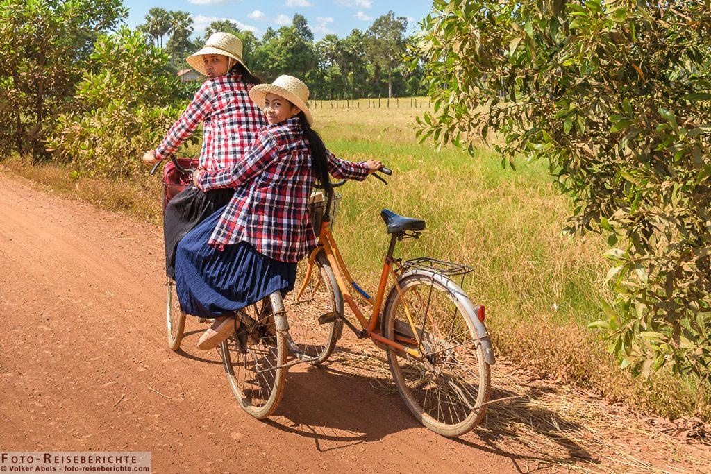 Zwei Mädchen auf einem Rad © Volker Abels - www.foto-reiseberichte.com