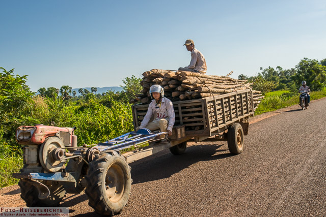 Zweirad-Traktor auf den Straßen außerhalb von Siem Reap in Kambodscha © Volker Abels - www.foto-reiseberichte.com