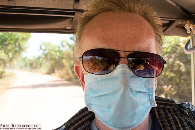 Eine Staubmaske hilft gegen den starken Staub auf den Lehmpisten - © Volker Abels - www.foto-reiseberichte.com