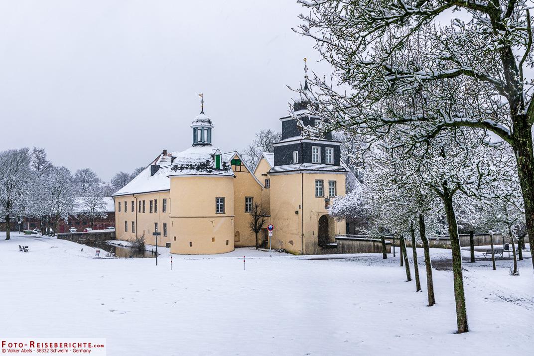 Schloss Martfeld in Schwelm, liegt im Schnee.