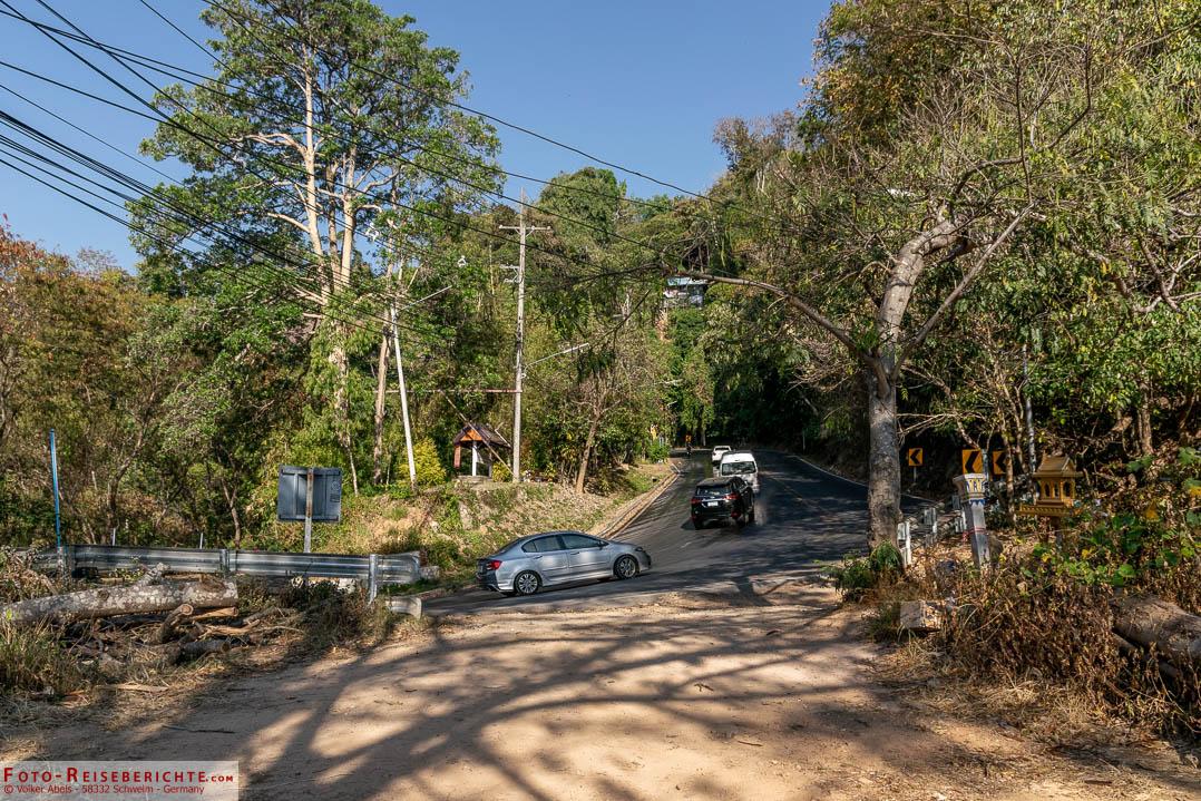 Kurz vor dem Erreichen des Wat Doi Suthep mündet der Pfad wieder auf der Straße zum Gipfel